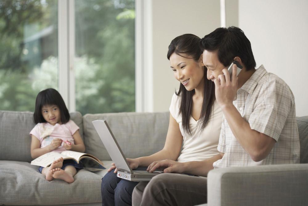 Sự chăm sóc của ba mẹ cũng khiến trẻ bị tự kỷ
