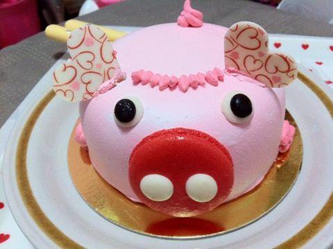 Bánh sinh nhật hình con heo ngáo ngơ và hóm hĩnh