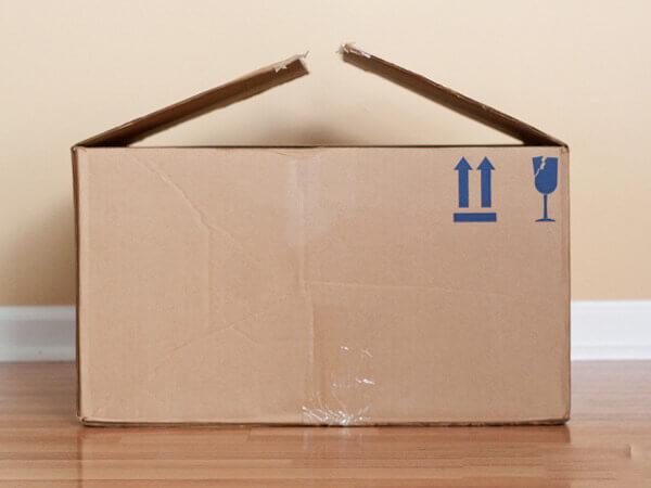 Bước 1 làm nhà bằng bìa cát tông - Chuẩn bị một chiếc thùng carton không sài nữa và đặt chúng trên sàn nhà.