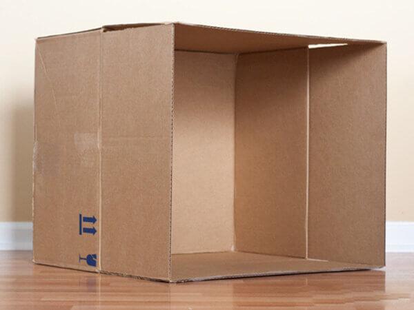 Bước 2 cách làm nhà bằng giấy cứng - Sau khi mở nắp bạn lật chiếc hộp nằm xuống sao cho phần nắp của thùng vuông góc với nền nhà của bạn.