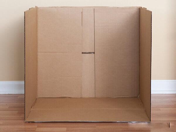 Bước 3 làm nhà bằng thùng carton - Bạn cắt phần trên của chiếc thùng để tạo thành phần mái nhà