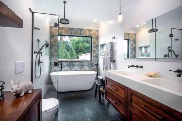 Thiết bị vệ sinh trong nhà có thể cùng một thương hiệu hoặc bạn có thể lắp đặt các sản phẩm với các thương hiệu khác nhau như bồn cầu TOTO, vòi nước Viglacera,…