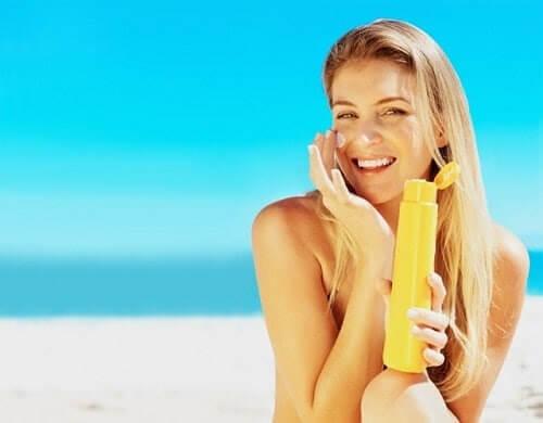 Hãy bôi kem chống nắng ngay cả khi trời râm mát