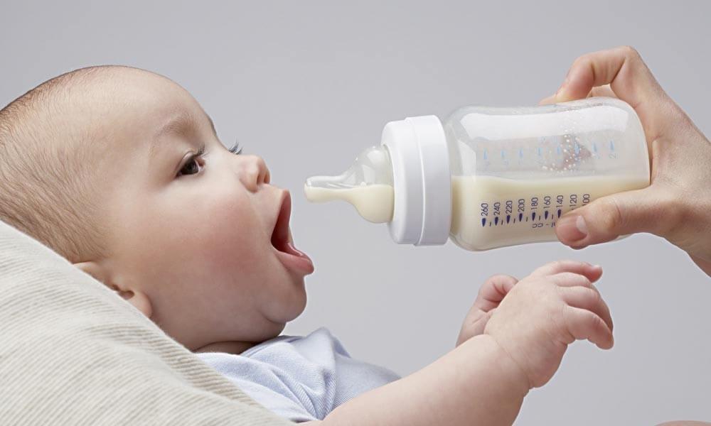 Lưu ý khi sử dụng bình sữa cho bé không chịu bú bình