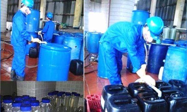 Mặc đồ bảo hộ khi tiếp xúc hóa chất công nghiệp