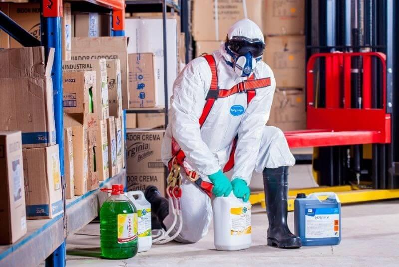Người lao động trực tiếp san chiết hóa chất phải được huấn luyện về an toàn hóa chất