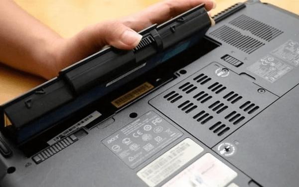 Thay pin để khắc phục tình trạng bàn phím bị loạn