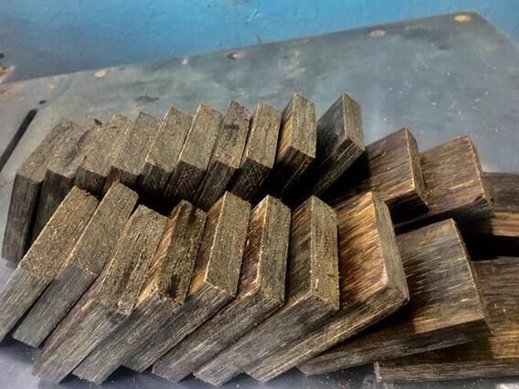 Trầm hương sánh chìm được dán với nhau tạo thành trầm sánh ghép để chế tạo sản phẩm