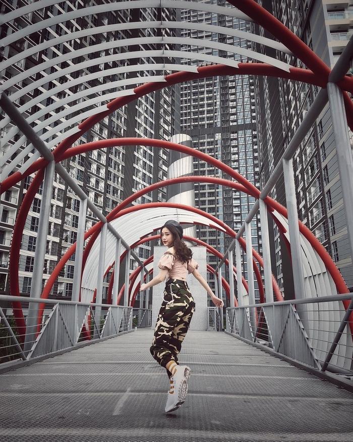 Chụp ảnh Landmark 81 với chiếc cầu triệu View