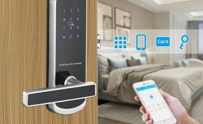 Một chiếc khóa cửa thông minh được điều khiển bởi smartphone