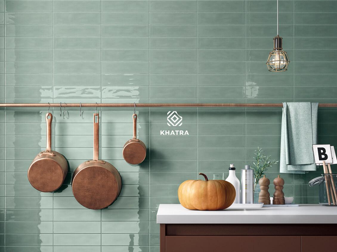 Sử dụng gạch thẻ xanh bóng ốp tường nhà bếp