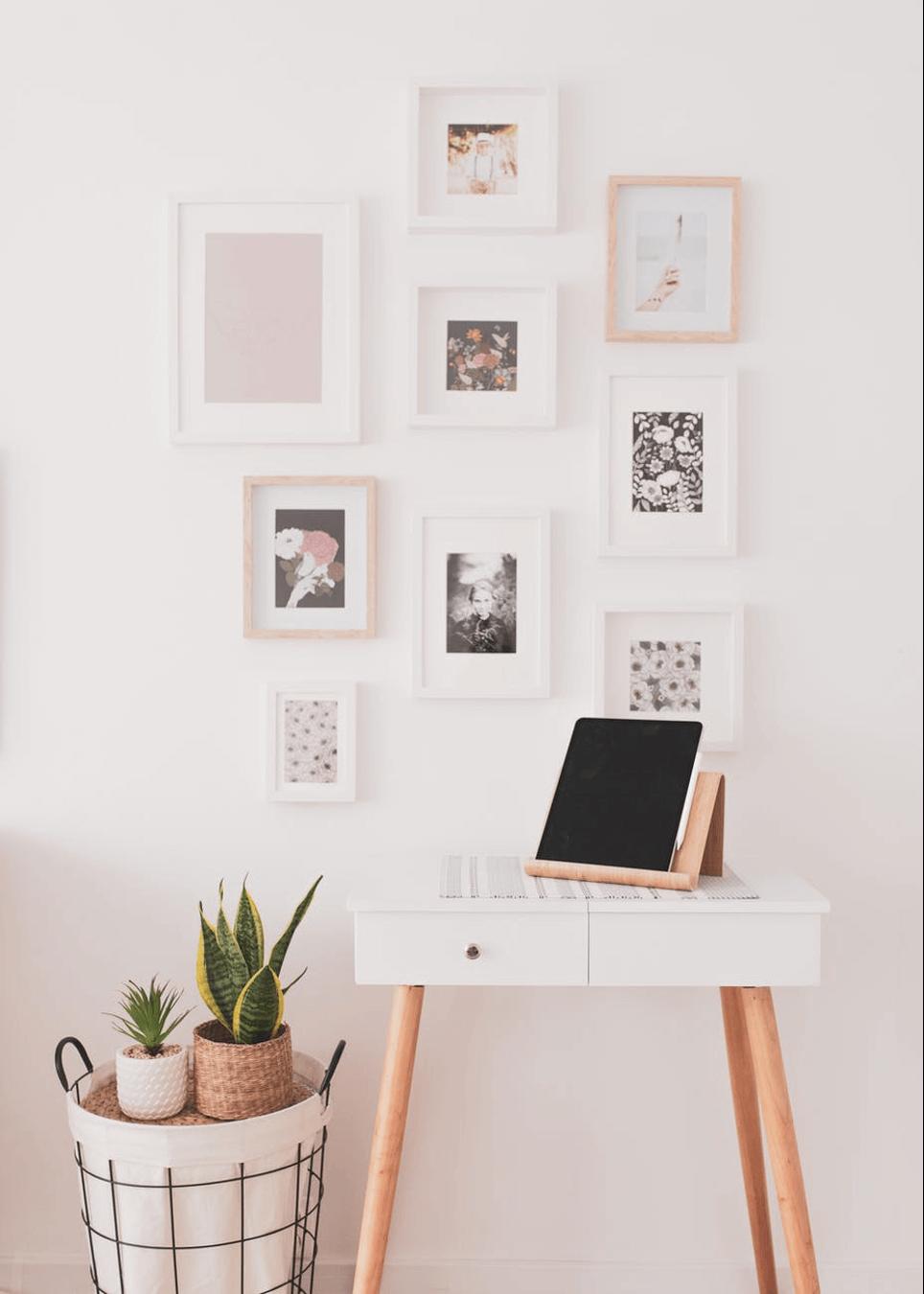 Trang trí tường nhà với tranh ảnh
