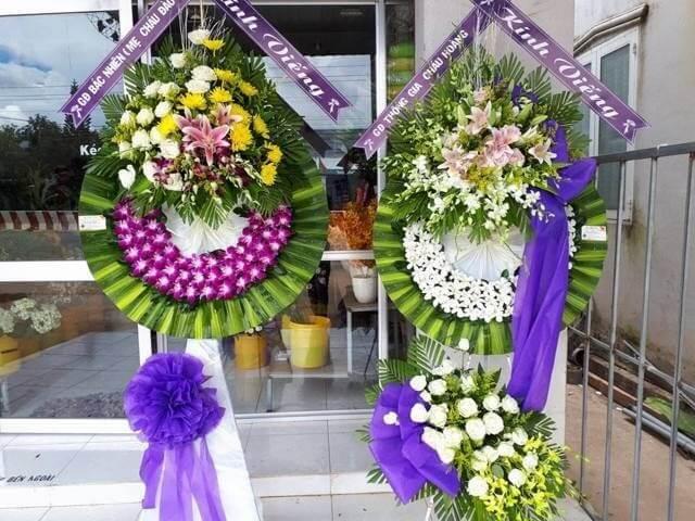 Vòng hoa như thay gửi thay lời chia buồn, chia sẻ nỗi buồn và động viên gia quyến vượt qua nỗi mất